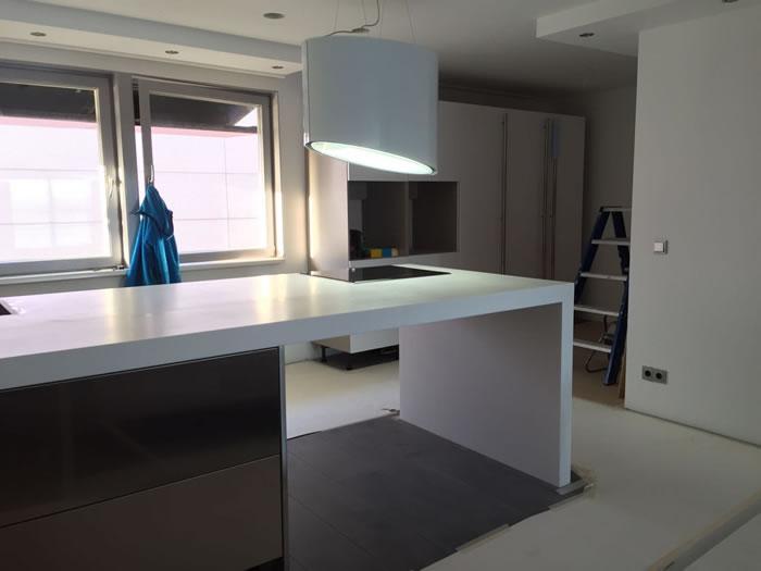 De nieuwe Snaidero keuken wordt opgebouwd op locatie.