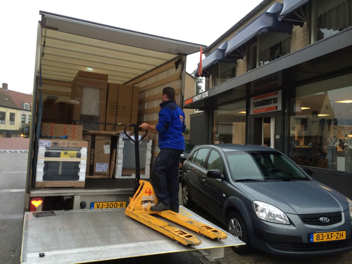 De Snaidero keuken wordt opgehaald en gaat op transport naar de klant.
