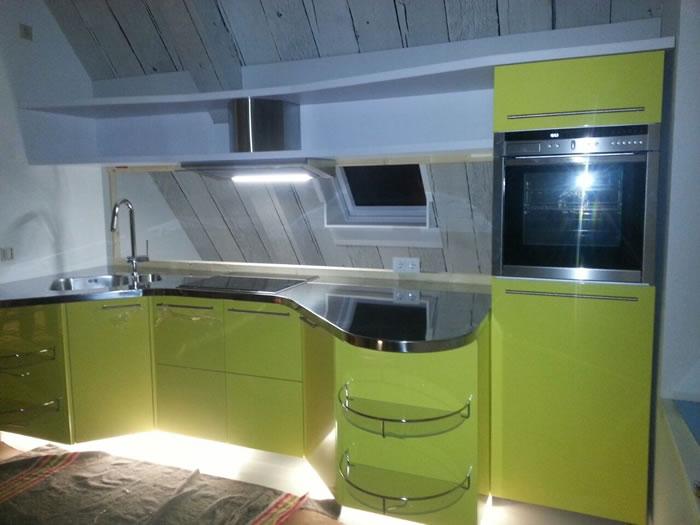 Deze Snaidero Skyline keuken is tegen een schuine wand aan geplaatst.