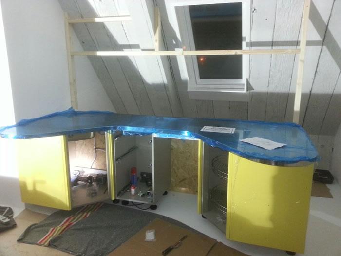 De Snaidero Skyline keuken wordt uitgepakt en gemonteerd door Jan en Joop.