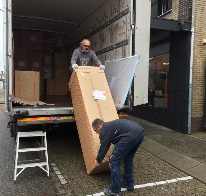 De nieuwe Snaidero keuken wordt door monteur Joop gelost in ons magazijn te Arnemuiden.
